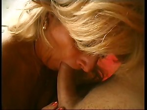 Golden-haired cougar with sagging boobs is screwed by juvenile 10-Pounder in being room