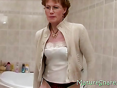 Stylish GILF Etta shaving shaggy muff