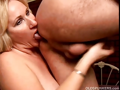 Hawt cougar likes to give a sloppy rimjob
